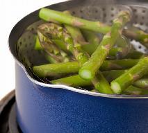 Jak gotować na parze? Zasady gotowania w parowarze albo na sitku