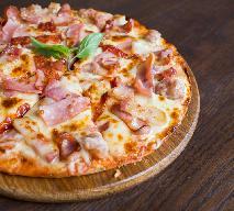 Pizza: dwa sery i szynka - zobacz przepis na ciasto i nadzienie