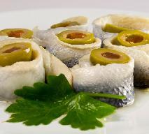 Potrawy wigilijne: śledziowe roladki z fetą i oliwkami