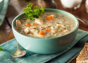 Ryżanka z kurczakiem: przepis na zupę jarzynową z kurczakiem i dzikim ryżem