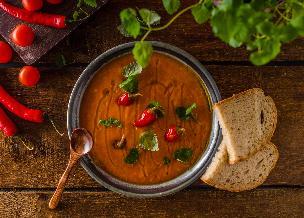 Krem pomidorowy z parmezanem: przepis na włoską pomidorówkę
