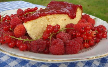 Sernik malinowo-porzeczkowy - łatwy przepis na pyszny deser