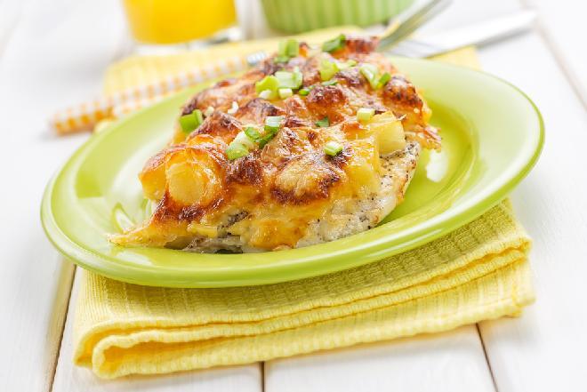 Piersi kurczaka po hawajsku: przepis na pieczony filet drobiowy z ananasem i keczupem