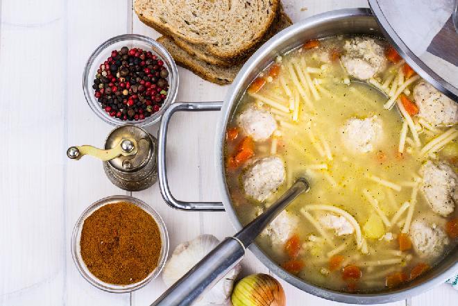 Rosół z klopsikami drobiowymi i makaronem: odżywcza zupa dla dzieci i seniorów