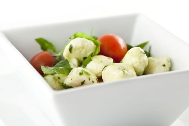 Rukola z pomidorami i mozzarellą: przepis na szybką sałatkę