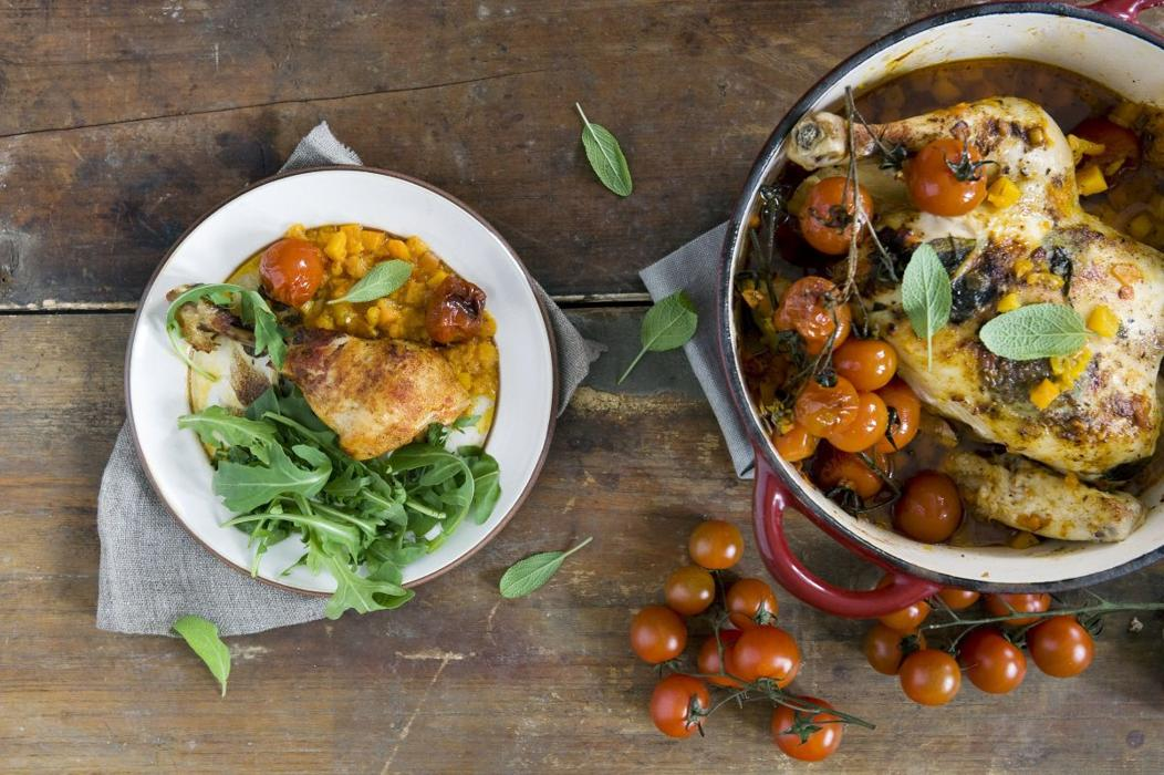 Pieczony kurczak z dynią, pomidorami i masłem szałwiowym