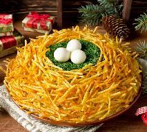 Dekoracyjna sałatka JASKÓŁCZE GNIAZDKO - piękna i smaczna sałatka z chrustem ziemniaczanym