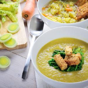 Kartoflanka z kapustą włoską i porami: przepis na odżywczą zupę