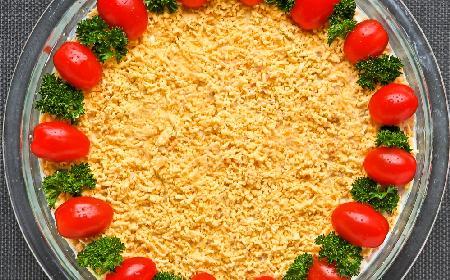 Warstwowa sałatka jajeczna z szynką i pomidorami