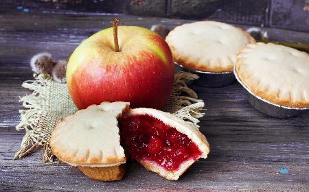 Kruche babeczki z jabłkami i żurawiną: przepis na ciastka jak z cukierni