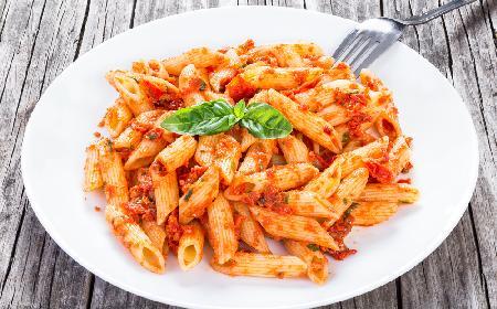 Przepyszny makaron z pomidorowym pesto: jak zrobić sos z suszonych pomidorów