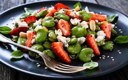 Lekka sałatka z bobu i truskawek z serem feta: sycący i rześki posiłek na lato