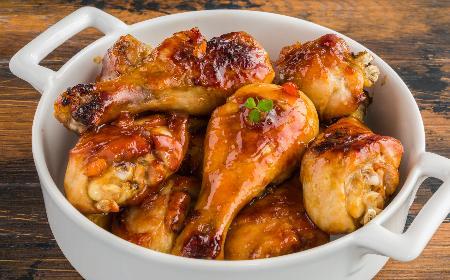 Przepyszne pałki z kurczaka w morelowym sosie