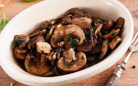 Grzyby (pieczarki, boczniaki) duszone na winiaku - znakomity dodatek do makaronu lub ryżu