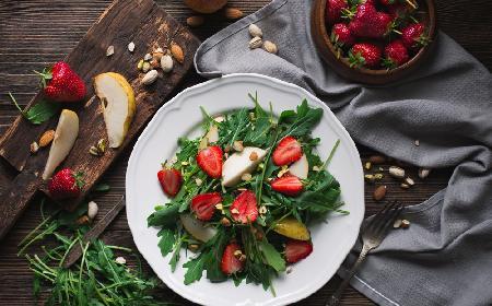 Sałatka włoska z owocami i orzechami - przepis na zdrową przekąskę