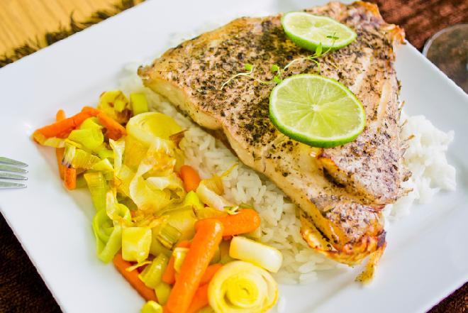 Halibut pieczony w folii: pomysł na zdrowy obiad