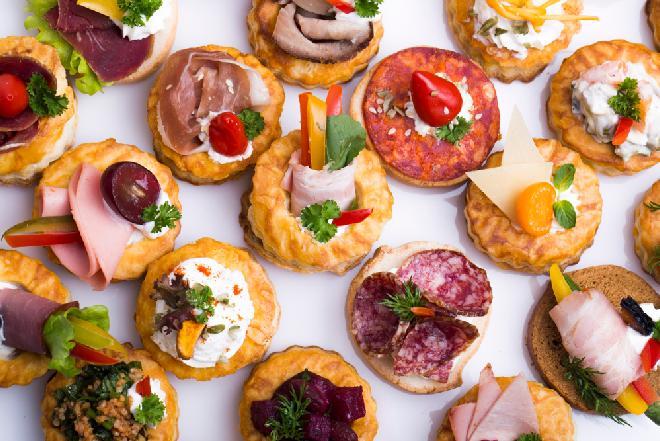 Przepis na domówkę w stylu PRL: 6 pomysłów na kanapki i kanapeczki imprezowe
